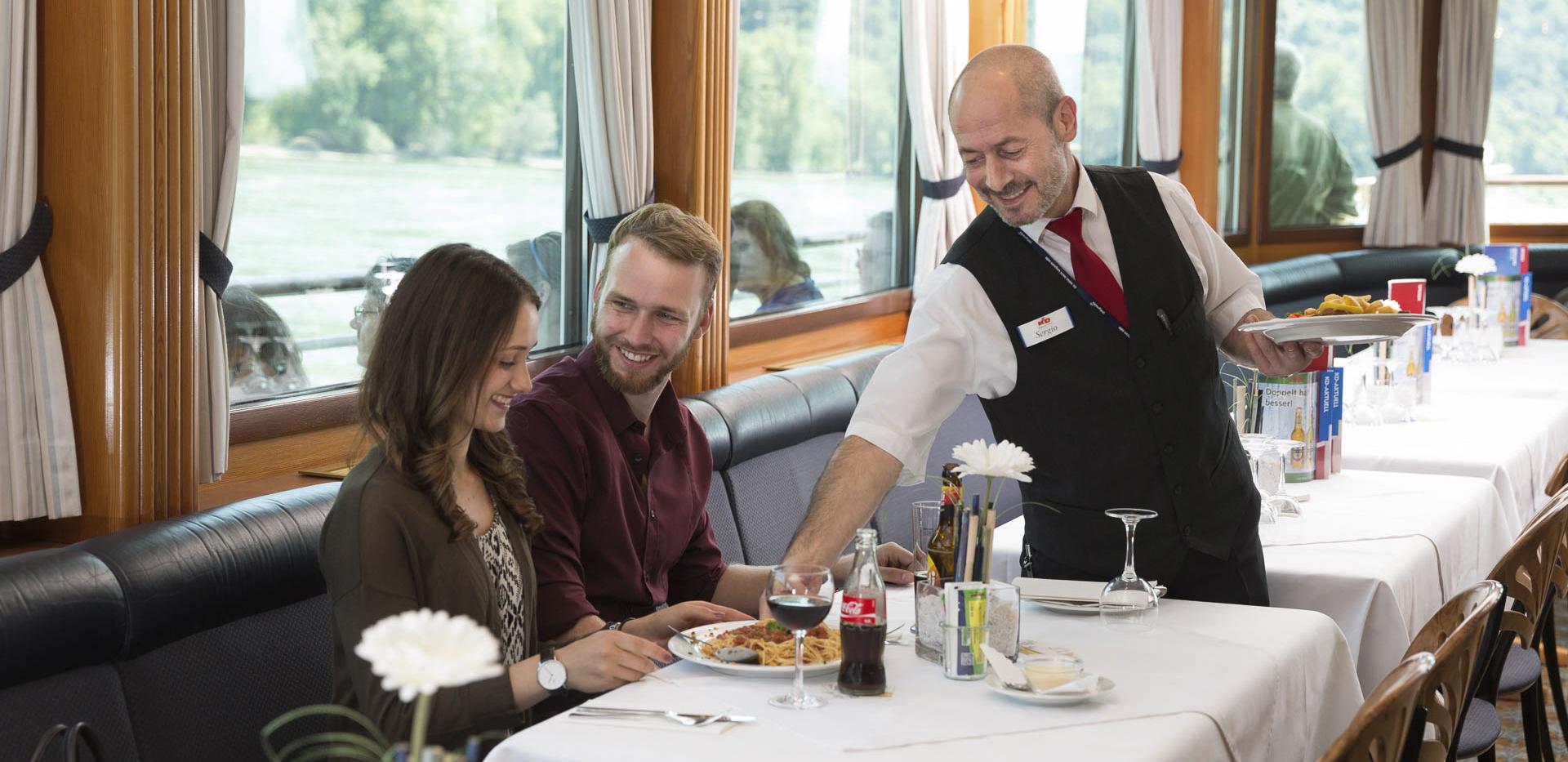 fotograf-restaurant-kellner-boot-dinner